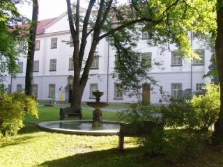 Pohledn na kašnu a budovy A